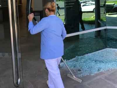 Destrozaron la puerta del Centro Médico Nordelta