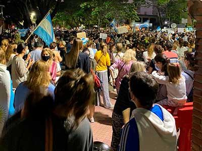 Marchas, cacerolazos y aplausos en contra de la suspensión de clases