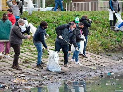 Vecinos ayudan en la limpieza de la Pista Nacional de Remo y Canotaje